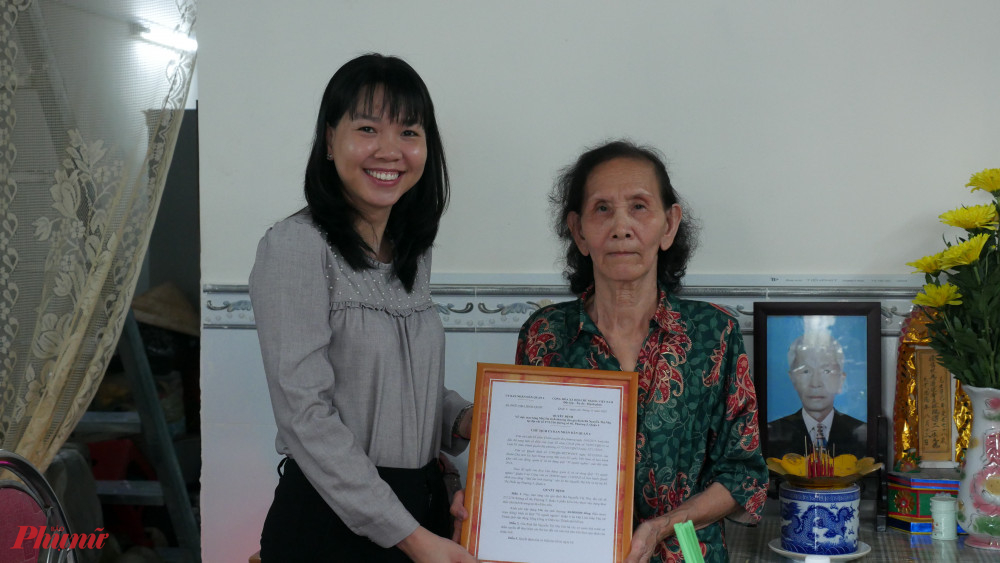 Đại diện Đảng ủy phường phường 5, quận 4 trao quyết định tặng Mái ấm tình thương cho và Nhị.