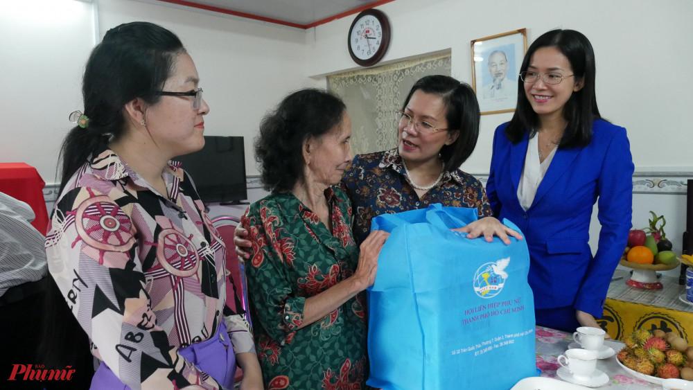 Hội LHPN TPHCM cùng đơn vị tài trợ tặng quà cho bà Nhị trong ngày nhận nhà mới