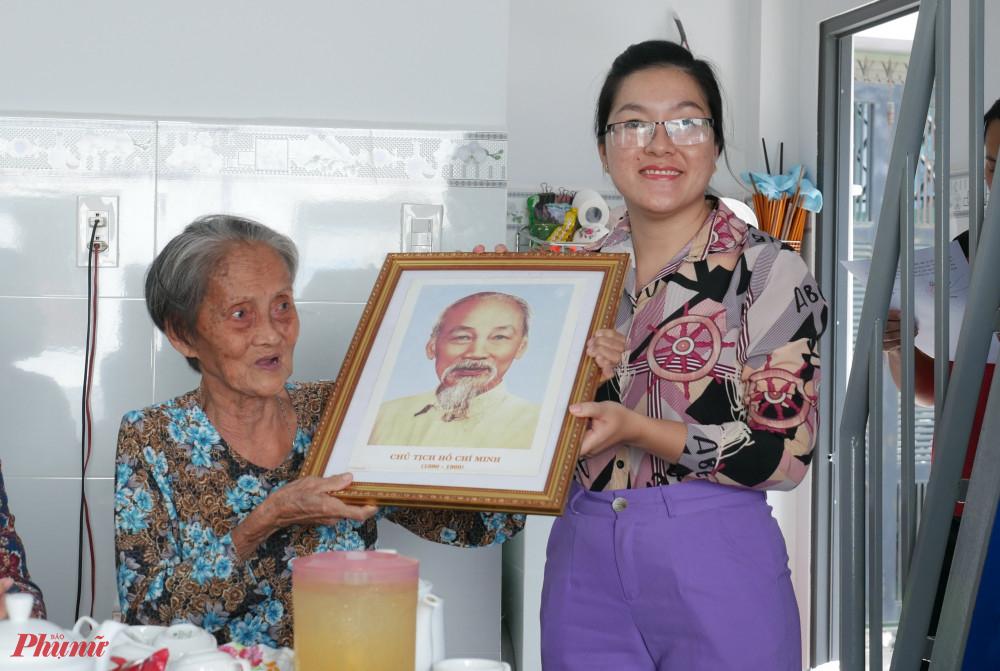 Hội LHPN quận 4 tặng ảnh Bác Hồ trong ngày bàn giao mái ấm tình thương cho bà KIm