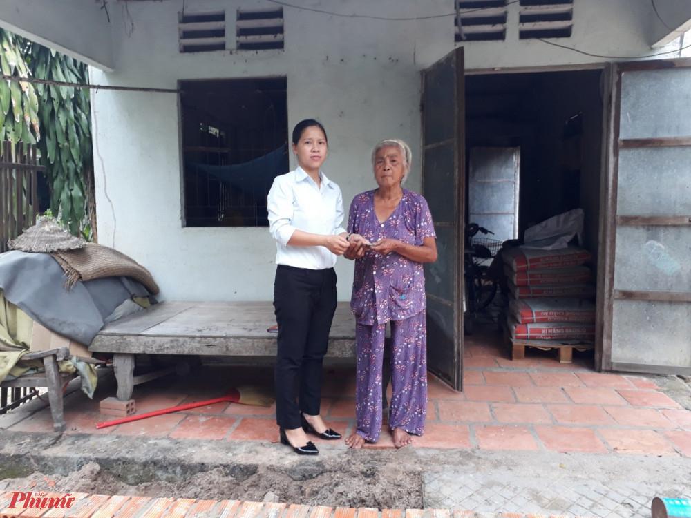 Đặng Hồng Diễm - Chủ tịch Hội LHPN xã Tân Thạnh Tây tặng kinh phí hỗ trợ sửa nhà cho bà Lắm