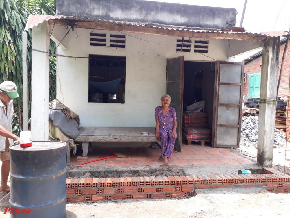 Hội đang khẩn trương sửa nhà cho bà Lắm, giúp bà không còn âu lo khi trời mưa gió