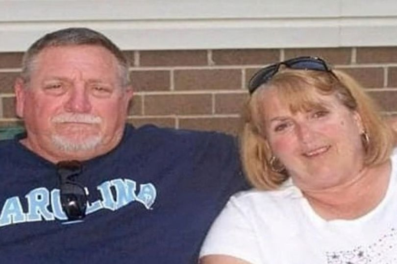 Ông Johnny Lee Peoples cùng vợ mình, Cathy Darlene Peoples, đã cùng trút hơi thở cuối cùng trên giường bệnh, tay nắm chặt tay nhau