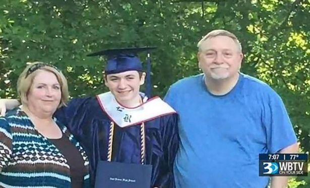 Cặp vợ chồng cùng con trai tên Shane ngày cậu tốt nghiệp đại học