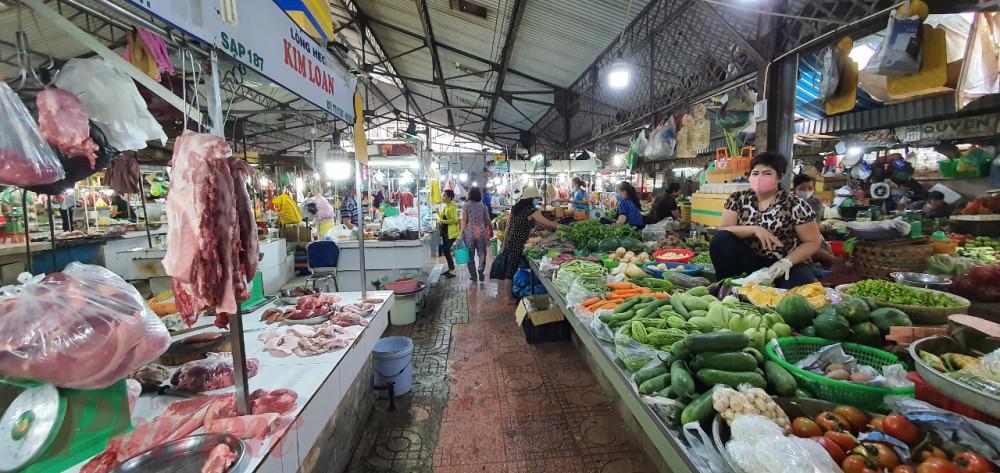Một buổi chợ sáng tại chợ Xóm Chiếu