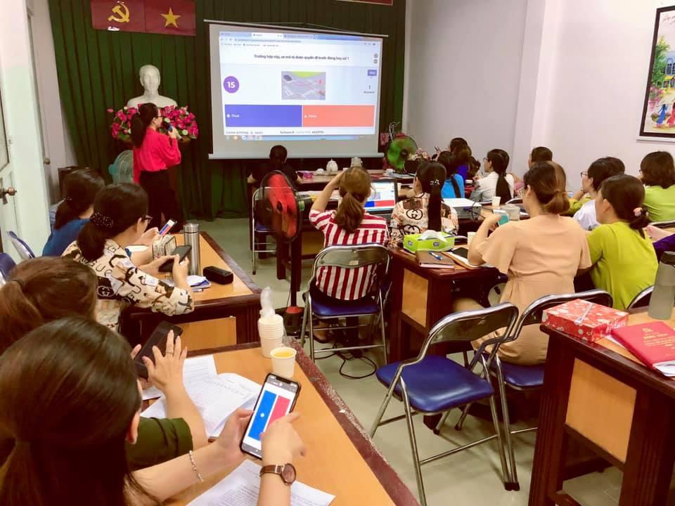 Cán bộ Hội quận Tân Bình học tải và ứng dụng phần mềm Kahoot trên thiết bị di động.