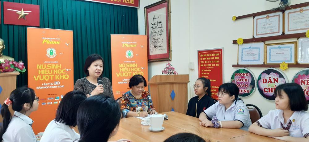Bà Tạ Thị Nam Hồng - Phó tổng biên tập Báo Phụ Nữ TPHCM chúc mừng, động viên các nữ sinh hiếu học quận Phú Nhuận