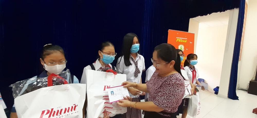Bà Nguyễn Thị Lan- Chủ tịch Hội LHPN Q.Gò Vấp trao tặng học bổng Báo Phụ nữ cho các nữ sinh hiếu học .