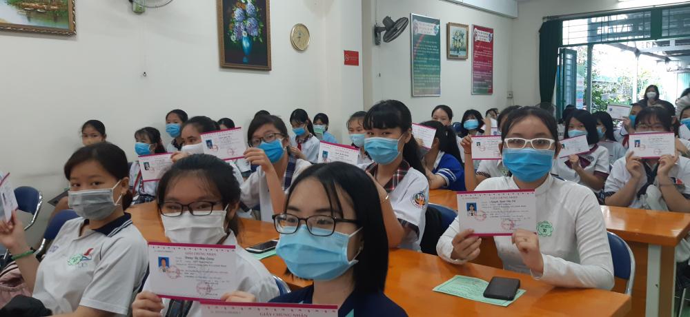 Nữ sinh Q. Bình Thạnh với giấy chứng nhận được trao học bổng niên khóa 2020-2021 của Báo Phụ Nữ TPHCM