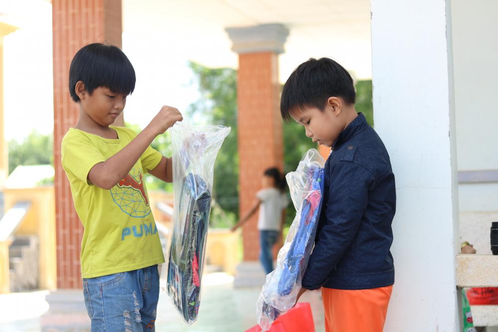 Trong sáng 12/9, các em học sinh ở xã Mỹ Qúy Tây đã rất vui khi nhận được những đôi giày mới, tập và cặp đi học.