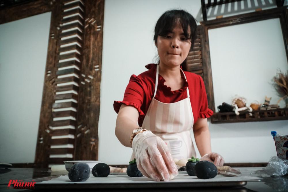 Chị Ngọc đã tạo thành công bánh trung thu trứng muối tan chảy với thương hiệu của riêng mình