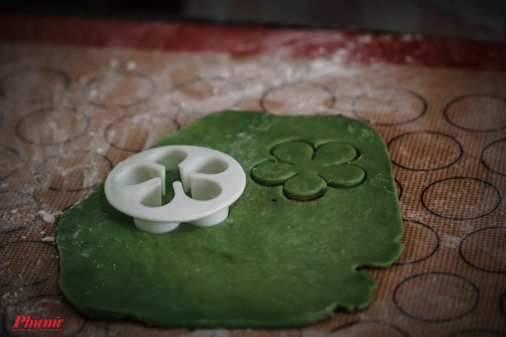 Các bước trang trí cho chiếc bánh được thực hiện công phu