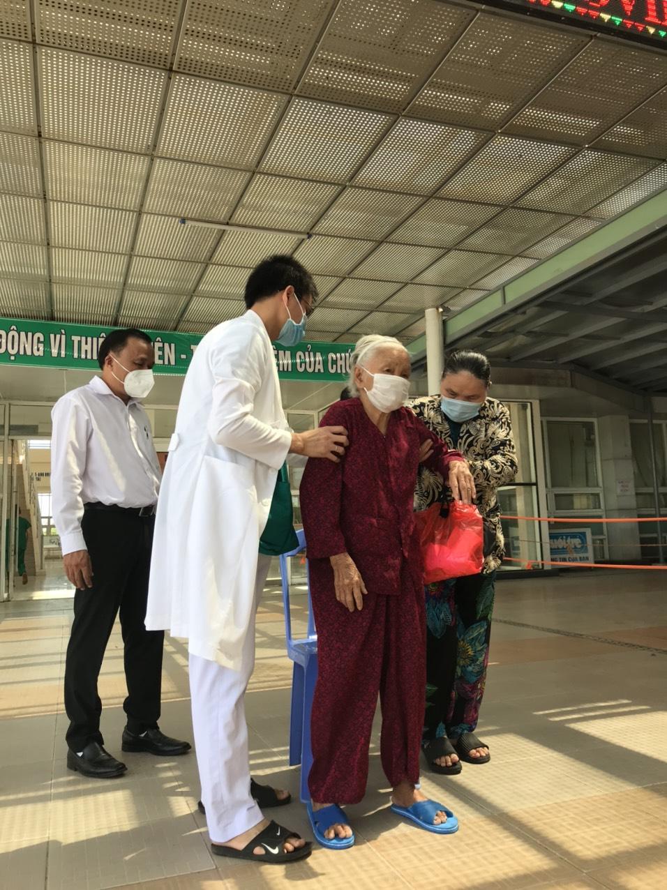 Cụ bà 100 tuổi đã chiến thắng COVID- 19 và được cho xuất viện ngày 12/9