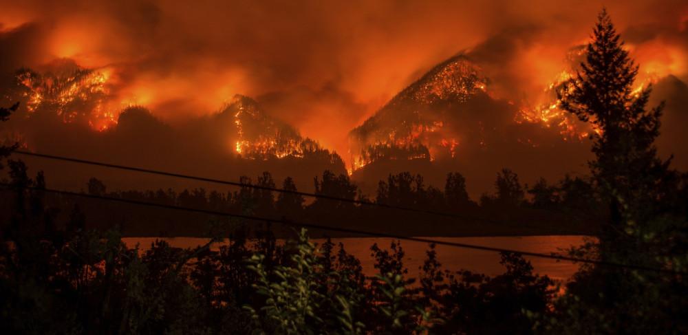 Những trận cháy rừng khổng lồ thiêu rụi các cánh rừng tại các bang bờ tây nước Mỹ chỉ trong vài ngày.