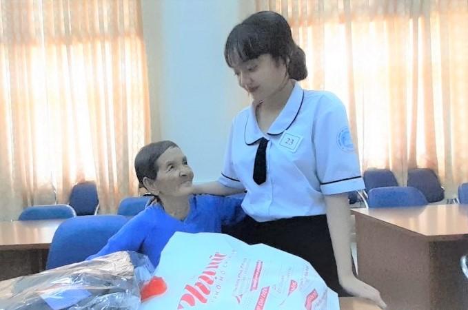 Thắm và bà Nội trong ngày nhận học bổng của Báo Phụ nữ