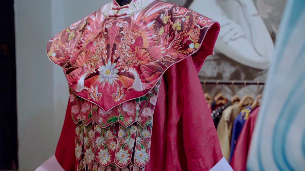 Phượng bào trong dự án Quỳnh hoa nhất dạ bị phản ứng vì có dạng thức giống trang phục triều Mãn Thanh Trung Quốc