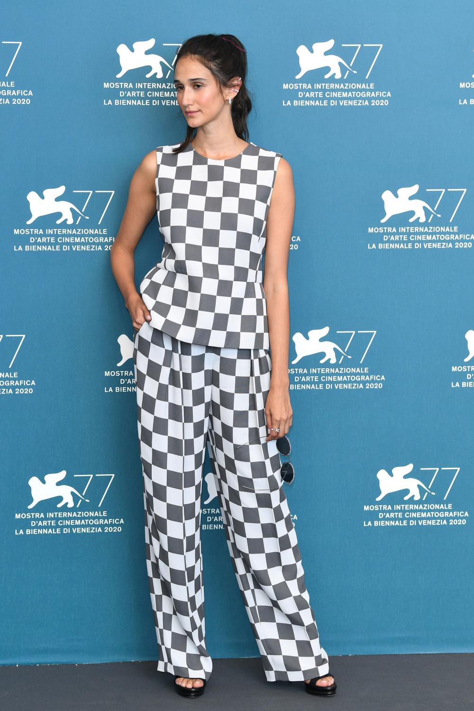 Nữ diễn viên người Ý Linda Caridi  chọn trang phục của Emporio Armani