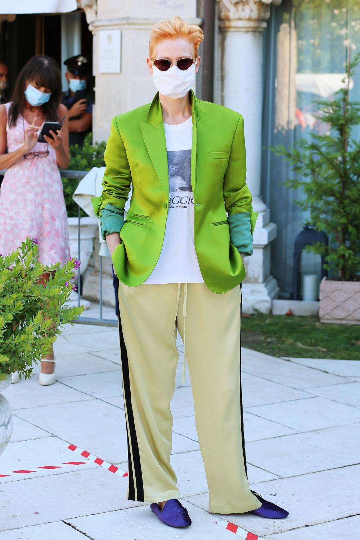Người thứ 2 tích cực lăng xê mốt quần ống rộng tại LHP Venice năm nay không ai khác chính là Tilda Swinton. Nữ diễn viên người Anh được vinh danh giải thưởng thành tựu trọn đời tại LHP Venice 2020 cho sự nghiệp của mình.