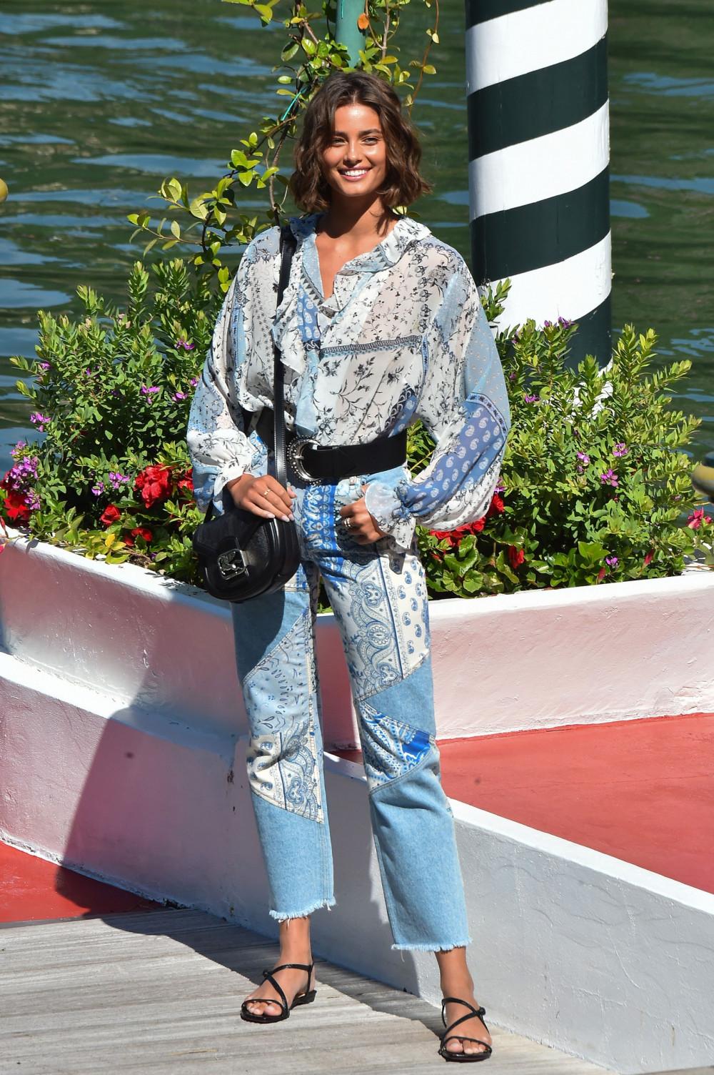 Taylor Hill năng động, tươi trẻ và sành điệu trong bộ trang phục Jean của Etro