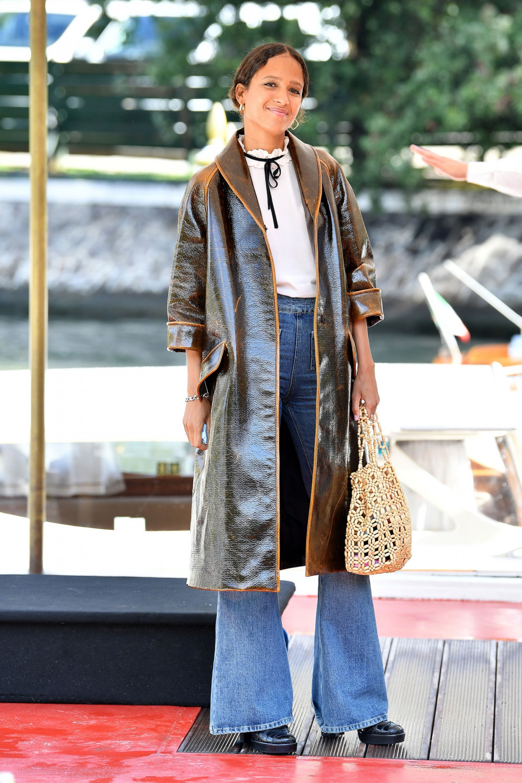 Phá vỡ nguyên tắc cầu kỳ trên thảm đỏ, nữ diễn viên 38 tuổi trông trẻ trung với Jeans loe cạp cao với áo phong trắng. Chiếc áo khác dài và túi nhỏ cũng khiến cô sành điệu.