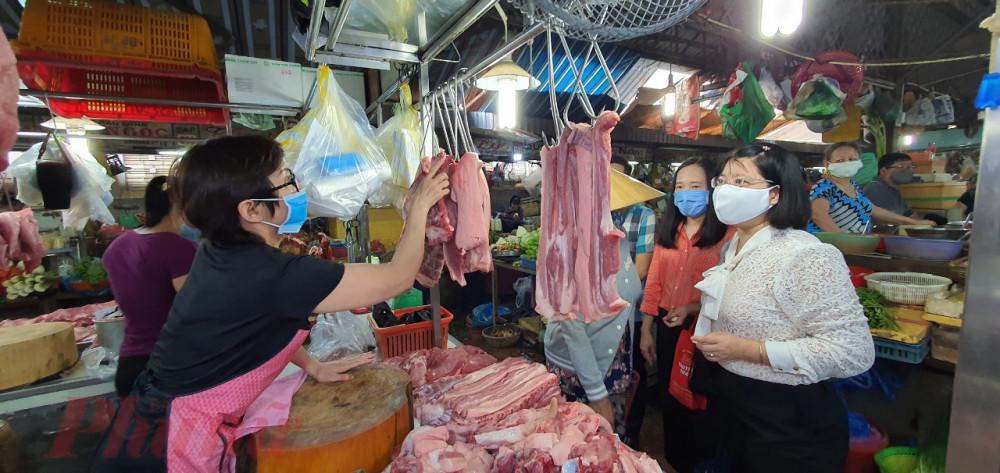 Đoàn giám sát công tác vệ sinh an toàn thực phẩm tại chợ Xóm Chiếu