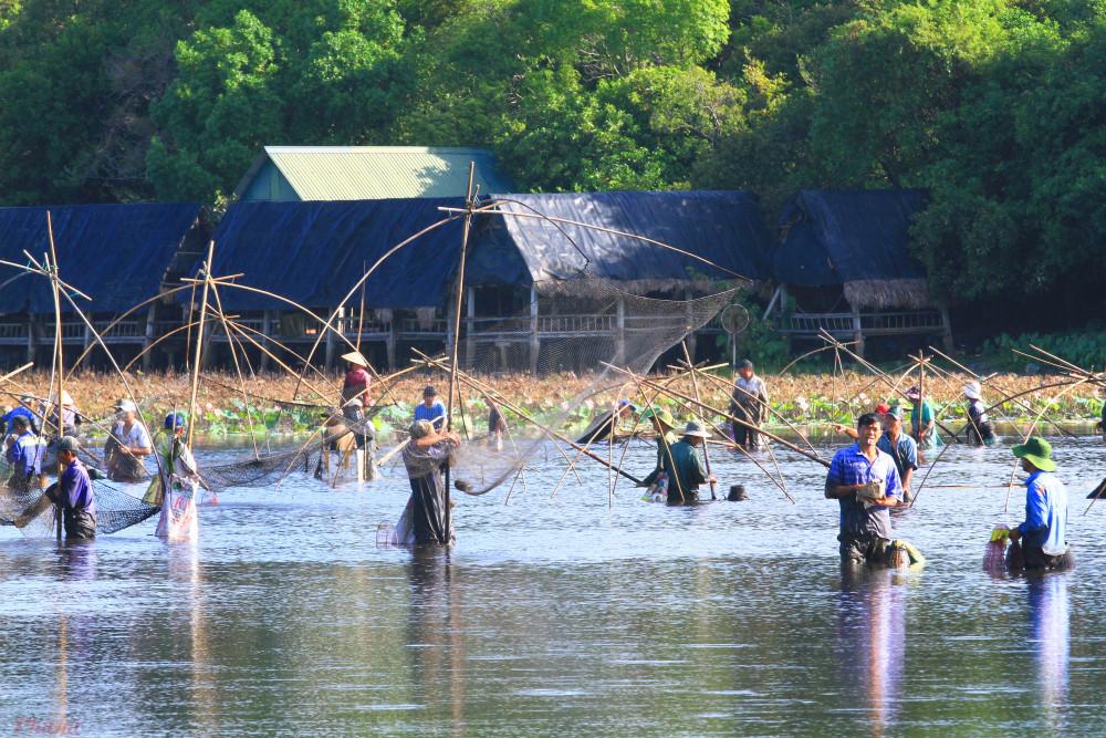 """Lễ hội không chỉ có ý nghĩa đối với người dân sau vụ thu hoạch mùa màng kết thúc, mà bằng việc cùng nhau tham gia bắt cá đã làm thể hiện sự đoàn kết, sẻ chia nguồn lợi chung của người dân trong làng""""."""