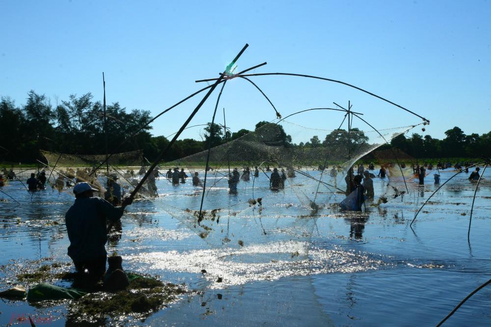 """Đến với lễ hội """"Phá Trằm"""", mỗi người dân ở làng Trà Lộc đều mang theo bên mình một vật dụng dùng để bắt cá và cùng nhau đến Khu sinh thái Trà Lộc tham gia lễ hội """"Phá Trằm""""."""