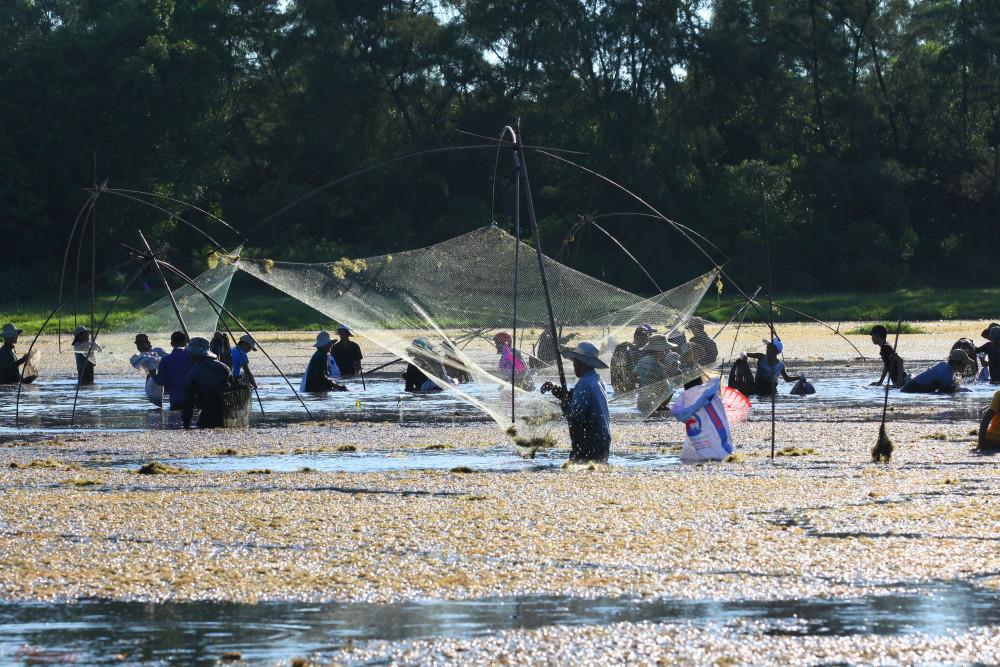 Trằm theo cách gọi của người dân địa phương là bàu nước, còn có tên là bàu Giàng. Trằm tọa lạc giữa một vùng tiếp giáp đồi cát và vùng đồng bằng ruộng trũng. Đây là nơi hội tụ các mạch luồng, mạch nước từ trong các cồn cát tiết ra, dẫn về theo vô số các lạch nhỏ, nhiều cá, đặc biệt cá lóc, rô, diếc…