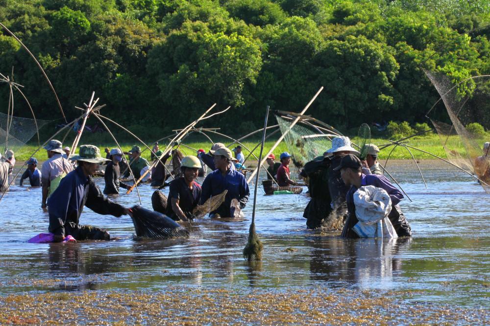 """Lễ hội """"Phá Trằm"""" có từ hơn 300 năm trước. Đây được xem là ngày hội thuần nông của những người nông dân quanh năm chân lấm tay bùn sau khi thu hoạch vụ lúa hè thu."""