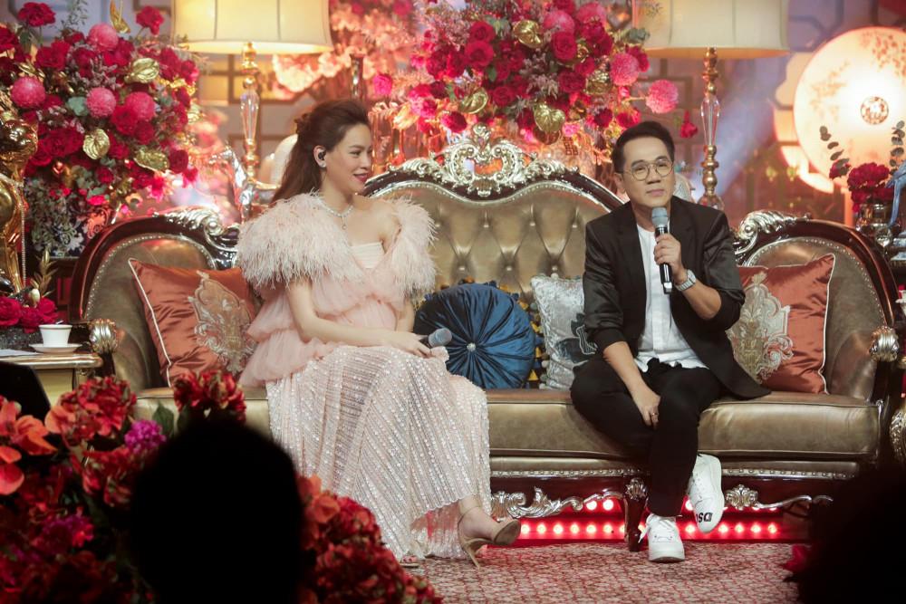 Hồ Ngọc Hà trò chuyện cùng NS ƯT Thành Lộc trong đêm nhạc Love songs thứ tư