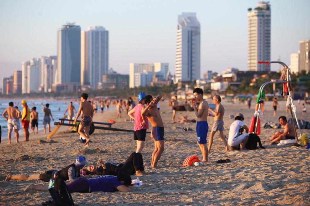 Biển Đà Nẵng đông người sau khi UBND  TP.Đà Nẵng cho phép hoạt động trở lại. Dự kiến đến tháng 10/2020, Đà Nẵng mới có khách du lịch