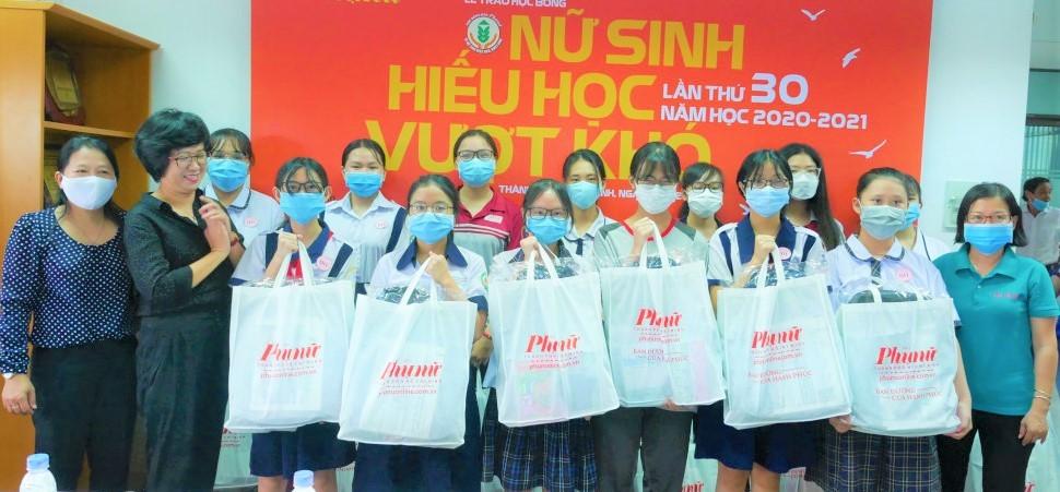 Bà Lê Huyền Ái Mỹ - Tổng biên tập Báo Phụ Nữ TPHCM cùng đại diện Hội LHPN các quận, huyện trao học bổng Nữ sinh hiếu học, vượt khó lần thứ 30, năm học 2020-2021