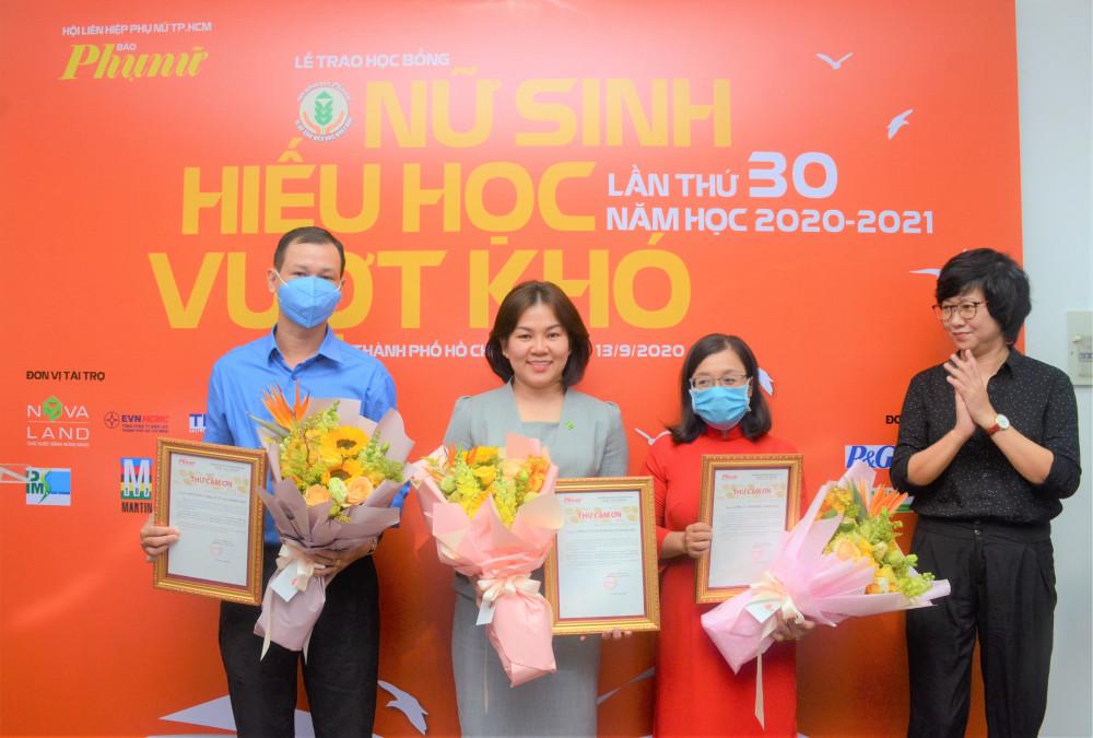 Tổng Biên tập Báo Phụ Nữ Lê Huyền Ái Mỹ trao thư cảm ơn các nhà tài trợ đã đồng hành cùng Báo giúp các em vượt qua khó khăn