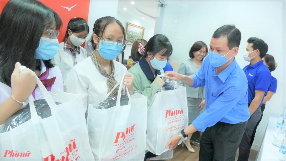 Ông Phạm Văn Thảo - Phó Trưởng ban truyền thông Tổng công ty Điện lực TPHCM trao học bổng cho các nữ sinh