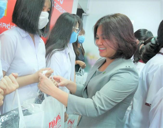 Bà Nguyễn Thị Thùy Dương - Giám đốc cấp cao truyền thông và hỗ trợ cộng đồng Tập đoàn Novaland  trao học bổng cho các nữ sinh