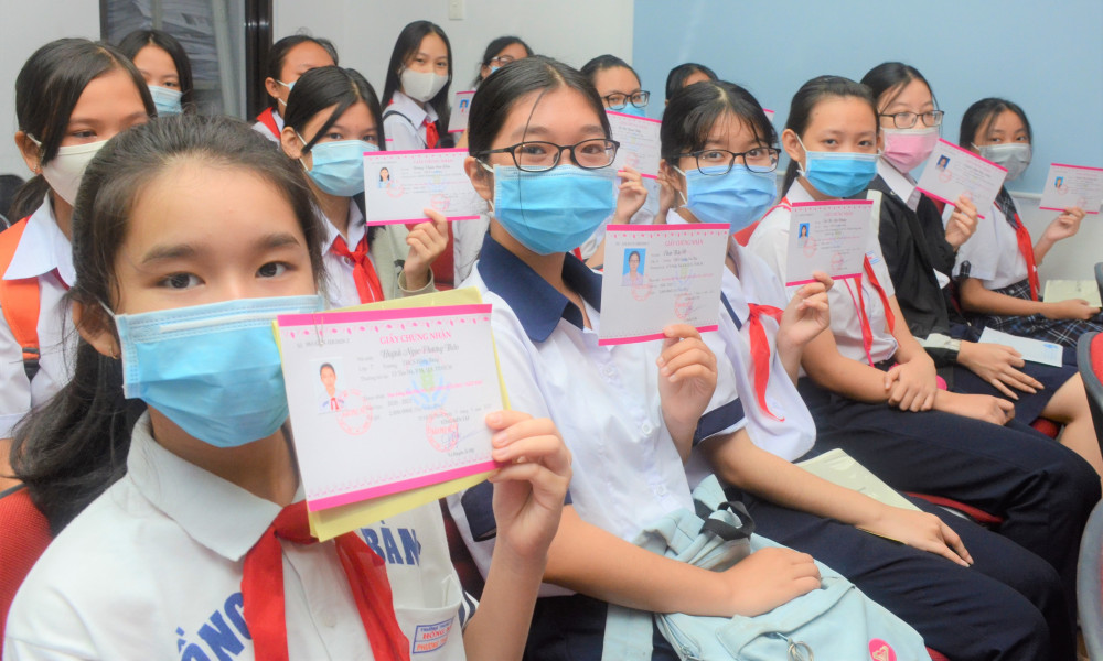 Các em vui mừng khoe chiến tích được nhận học bổng Nữ sinh hiếu học, vượt khó của Báo Phụ Nữ