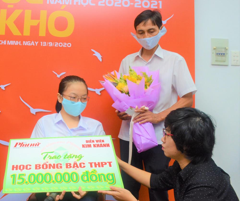 Bà Lê Huyền Ái Mỹ - Tổng biên tập Báo Phụ Nữ TPHCM tặng quà và hoa cho bé Bảo Phi và ba của em. Ảnh: Phùng Huy