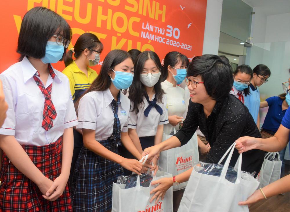 Bà Lê Huyền Ái Mỹ - Tổng biên tập Báo Phụ Nữ TPHCM trao học bổng cho các nữ sinh