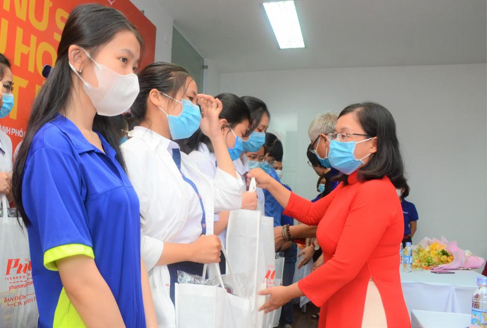 Bà Nguyễn Thị Hồng Sương - Công ty TNHH Kim Cương Kita trao học bổng cho các em