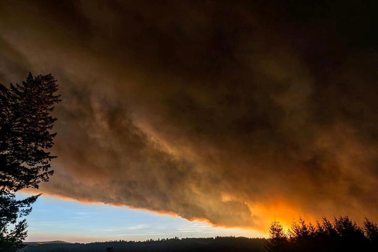 Đám khói dày được nhìn thấy trên bầu trời thành phố Salem