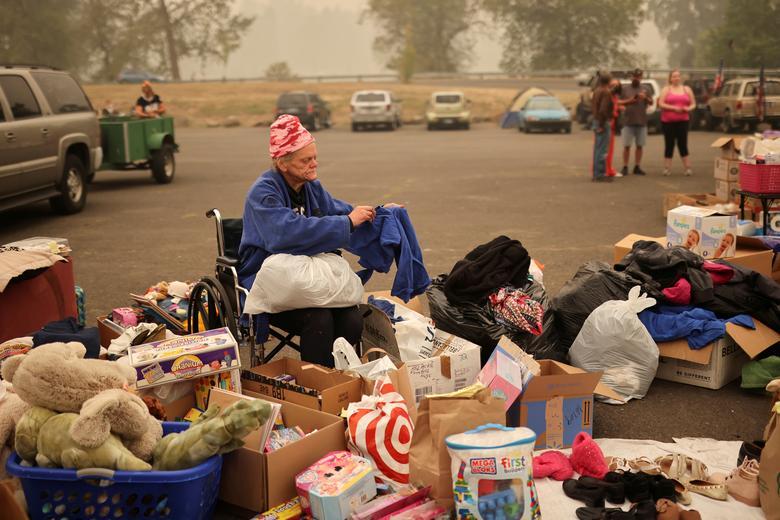 Một phụ nữ tại nơi ở tạm thời dành cho những người phải di dời do cháy rừng  ơt thành phố Oregon
