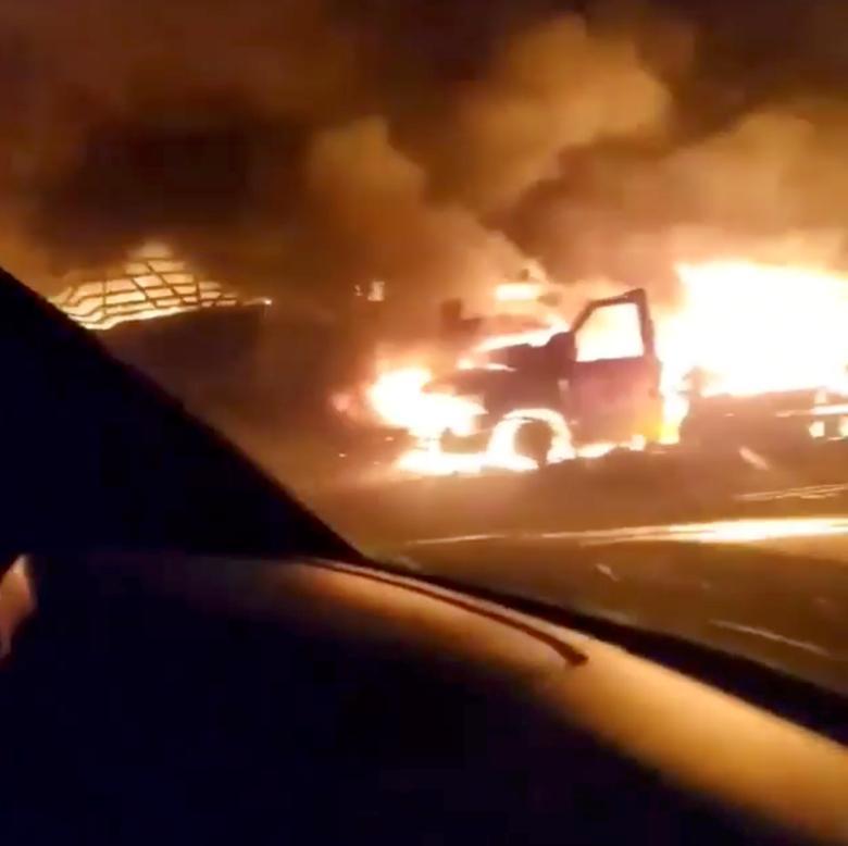 Một chiếc xe bị cháy trên con đường nhỏ ở Molalla, Oregon