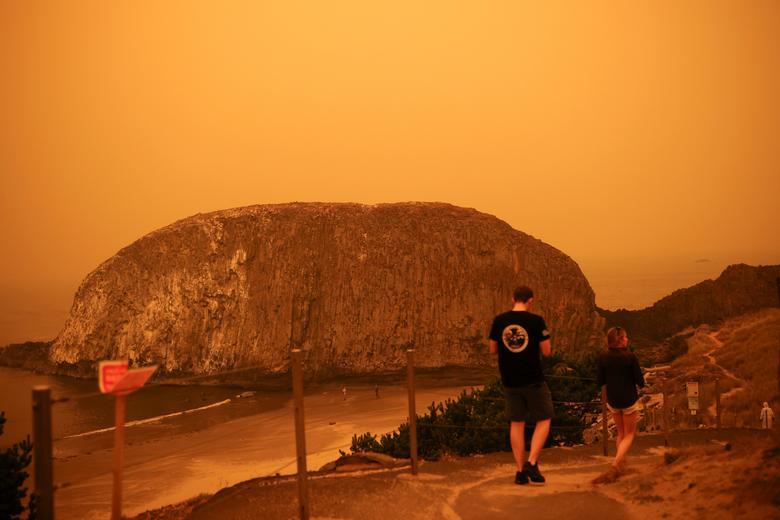 Khói lửa của vụ cháy rừng bao phủ một khu vực gần Seal Rock, Oregon