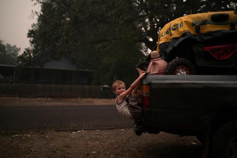 Một gia đình chuẩn bị sơ tán khỏi đám cháy rừng Obenchain ở  Butte Falls, Oregon