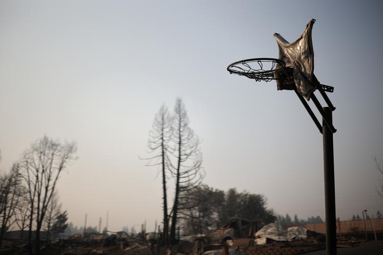 Một tấm bảng kim loại của sân chơi bóng rổ ở Bear Creek, Phoenix, Oregon tan chảy và biến dạng sau vụ cháy