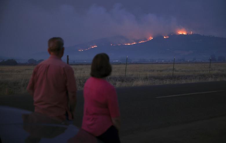 Người dân địa phương nhìn khói lửa từ vụ cháy trên ngọn đồi Medford, Oregon