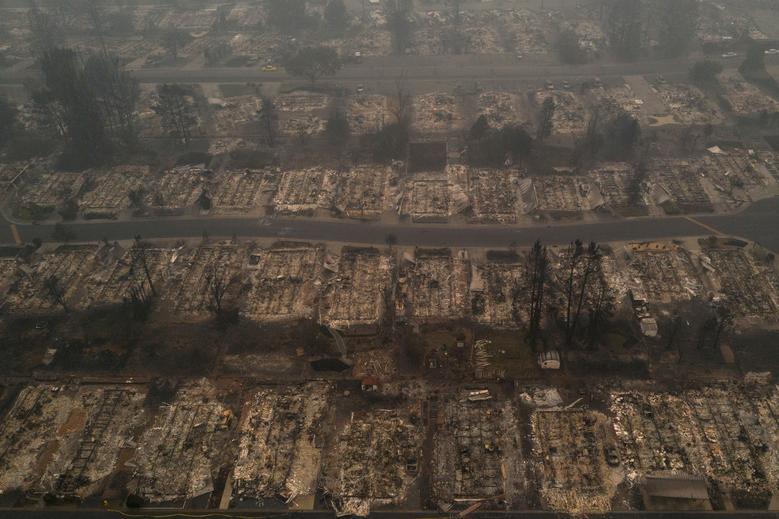 Khói mù mịt bao trùm khu phố Medford Estates do vụ cháy rừng Almeda ở Medford, Oregon,