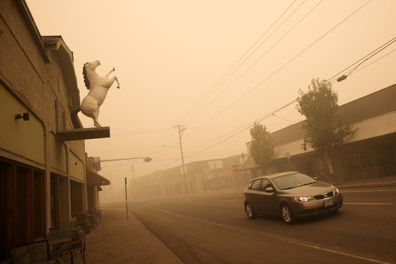 Bụi khói mờ mịt, thành phố vắng lặng vì 10.000 dân đã được sơ tán