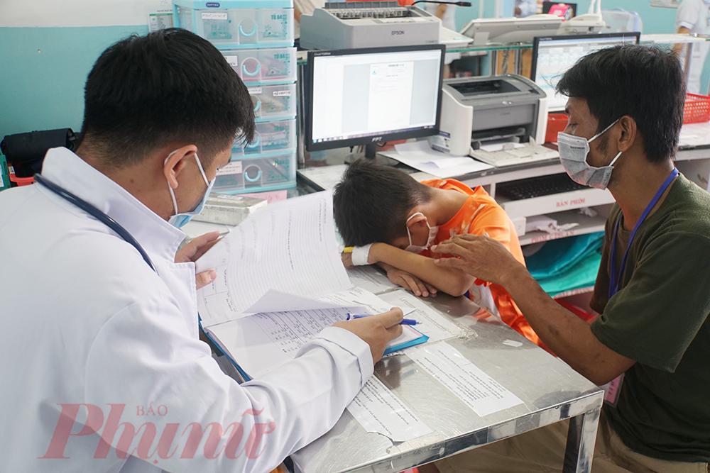 Tại Bệnh viện Nhi đồng 1, số lượng trẻ mắc sốt xuất huyết cũng đang tăng lên. Có 5 trẻ mắc sốt xuất huyết tình trạng nặng được cấp cứu kịp thời, trong đó 4 trẻ đang dần hồi phục, 1 trẻ cần được theo dõi sát.