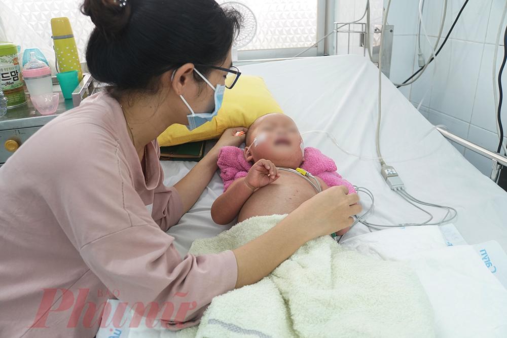 3 ngày con trai nhập viện là những ngày chị Nguyễn Lan Anh không thể ngủ được, mặc dù chị theo dõi rất sát tình trạng sốt ở bé, nhưng chỉ hơn 1 ngày sau khi nóng sốt, con trai chị đột ngột sốt cao, co giật, nôn ói,... đưa vào bệnh viện đã phải điều trị tích cực do đã rơi vào sốc nặng.