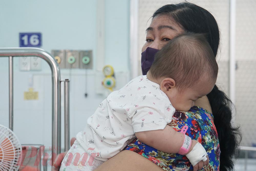 Bà nội của bé O. cho biết, trước nhập viện vài ngày, bé bị sốt nhẹ nhưng gia đình luôn giữ bé trong nhà, nhà không thấy muỗi nên không nghĩ bé O. bị sốt xuất huyết nên để ở nhà theo dõi. Đến ngày thứ 2, bé O. bớt sốt nhưng ngay sau đó bé đột ngột sôt cao, li bì, gia đình ôm bé đi bệnh viện thì bé đã rơi vào sốc sốt xuất huyết.